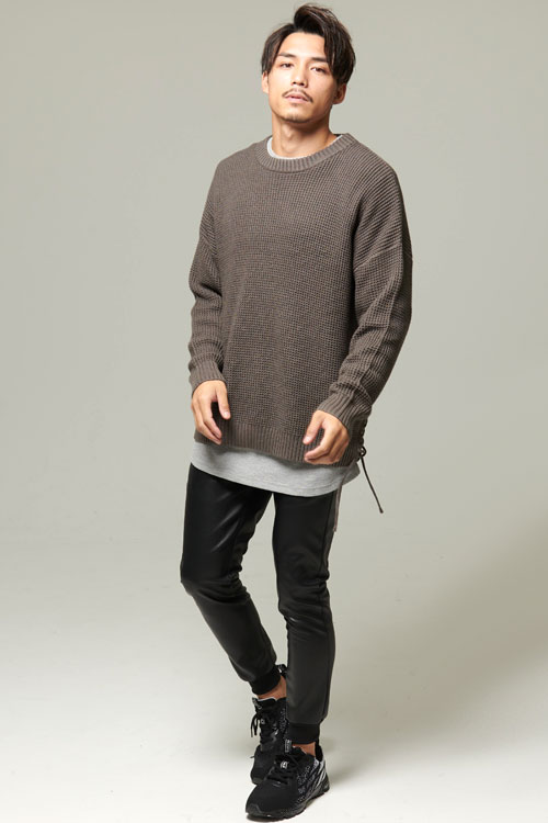 三代目風ラーベン編みサイドレースアップニット×長袖ワッフルトールTシャツ×PUレザーストレッチリブジョガーパンツコーデ