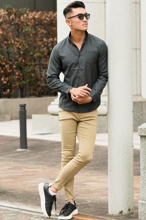 EXILE風ブロックチェック柄イタリアンカラー長袖シャツ×スキニーストレッチカラーパンツ×白スニーカーコーデ